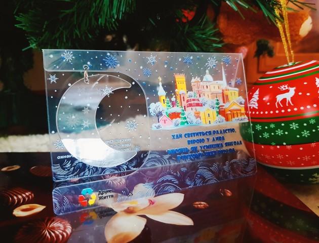 До свят у Луцьку випустили оригінальні «прозорі» листівки. ФОТО