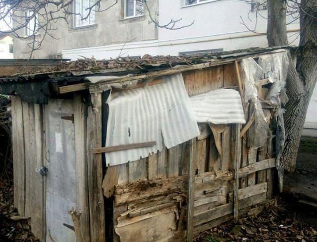 Муніципали знесли завалені мотлохом сараї в Луцьку. ФОТО