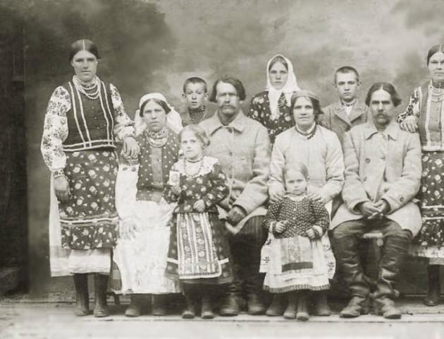 Жителі волинського села на 100-літніх ретро-фото