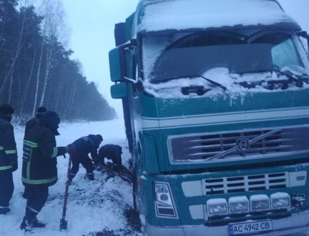 Зі снігових заметів на Волині витягли 16 автівок. ФОТО