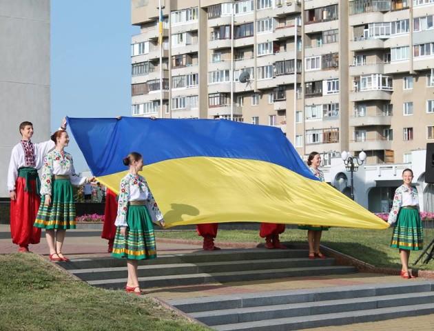 Під стінами Волинської ОДА урочисто підняли синьо-жовтий стяг. ФОТО