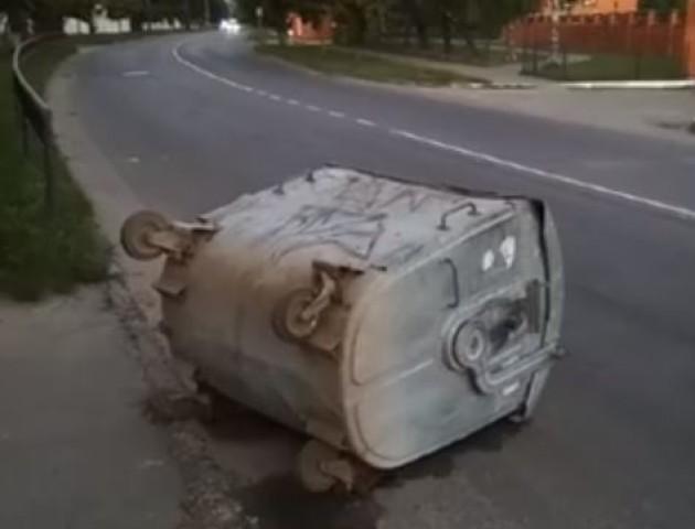 У Луцьку невідомі викинули сміттєвий контейнер на дорогу. ВІДЕО