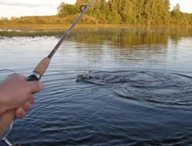 Майже в людський зріст – волинянин упіймав здоровенну рибину. ФОТО