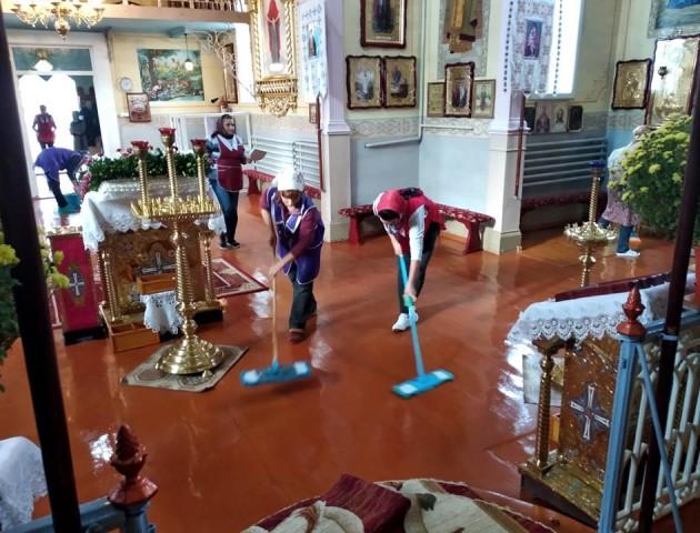 Зі швабрами і ганчірками посеред храму: волинський священик показав, як прибирають у церкві. ФОТО