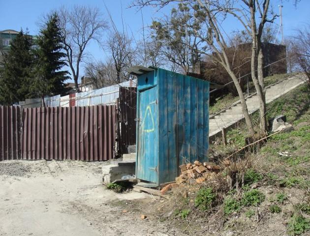 Муніципали відмовилися прибрати «сільський» туалет в центрі Луцька