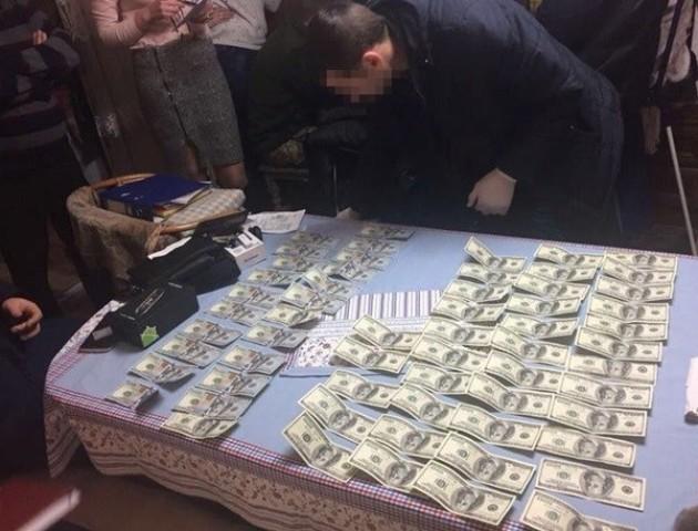 Адвокат з Чернівецької області «погорів» на хабарі у сумі 6 тисяч доларів. ФОТО