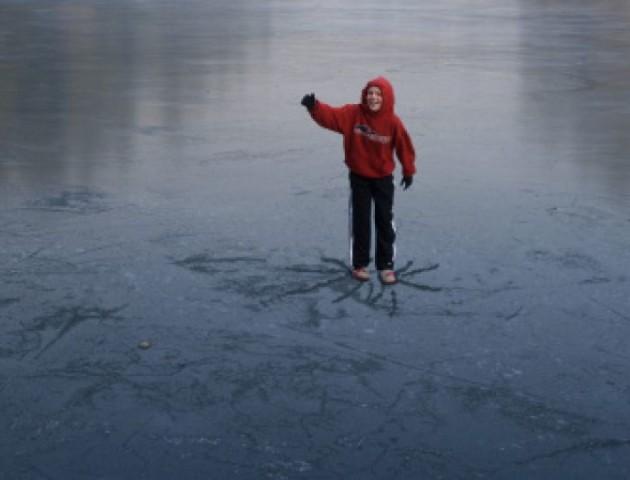 На Волині двоє підлітків врятували товариша, який провалився під лід