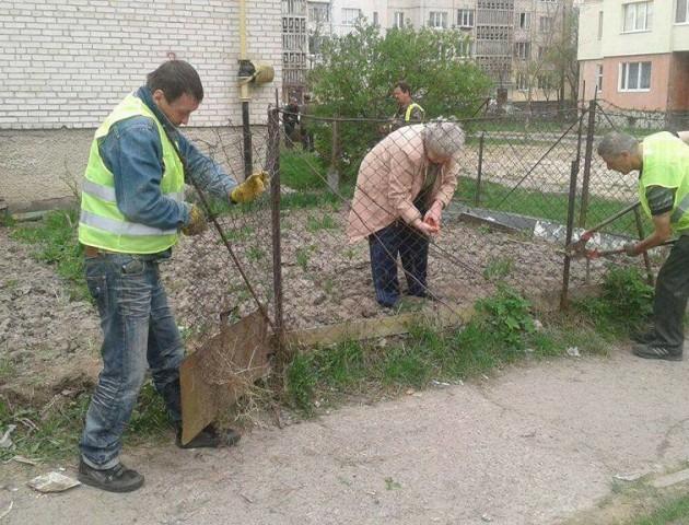 Муніципальна варта Луцька продовжує демонтаж  самовільно встановлених парканів