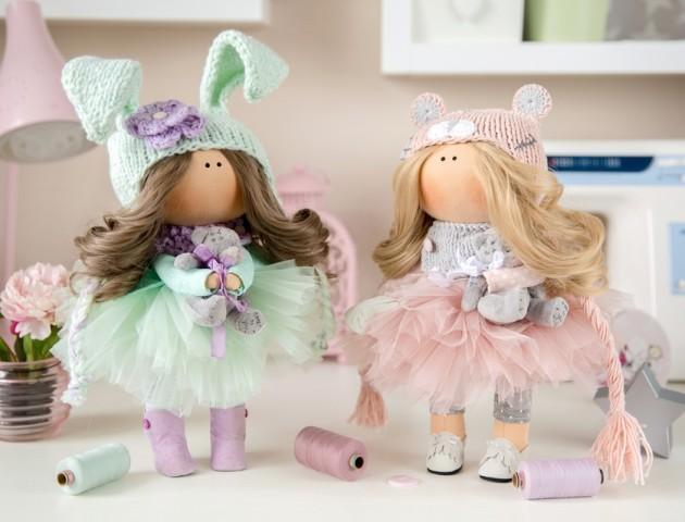 Лучанка у декреті навчилася шити стильні ляльки. ВІДЕО