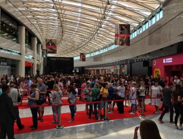 Ажіотаж та черги шоперів: як у Києві відкривали перший фірмовий магазин H&M