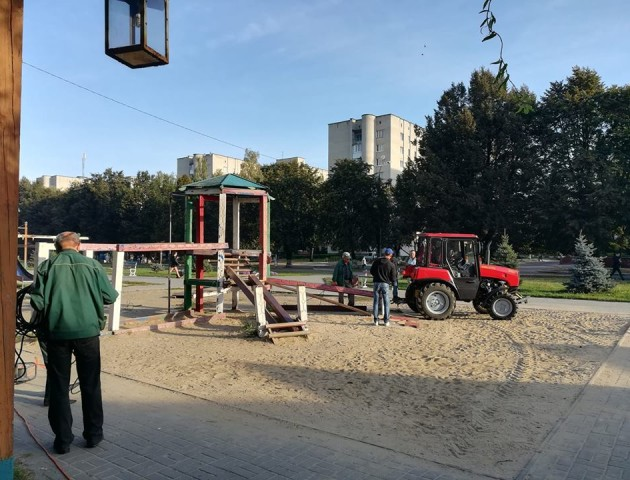 У Луцьку розпочали демонтаж небезпечного дитячого майданчика. ФОТО