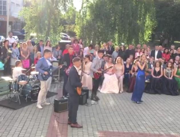 У Луцьку випускники влаштували концерт під відкритим небом. ВІДЕО