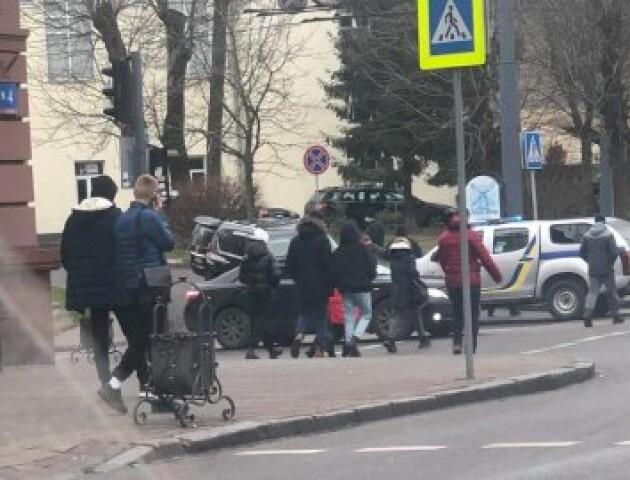 У центрі Луцька – обшуки в авто. ЗМІ повідомляють, що це стосується кримінального авторитета Аслана