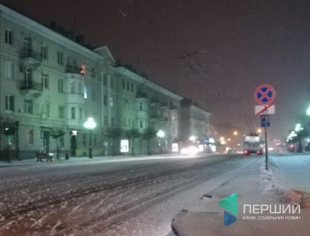 Снігопад у Луцьку: заметені дороги посипають сіллю та піском