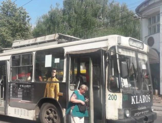 У Луцьку поскандалили кондуктор та пасажири тролейбуса. ФОТО