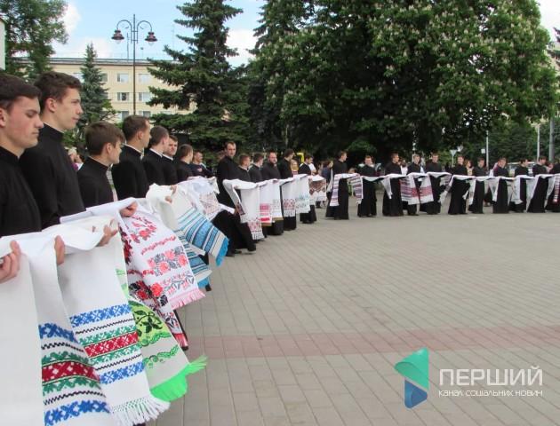 Лучани зійшлися помилуватись рушниками на фестивалі «Вишиті обереги єднання»