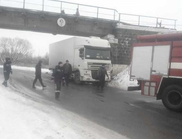 У Ковелі вантажівка врізалася в бетонну опору. ФОТО