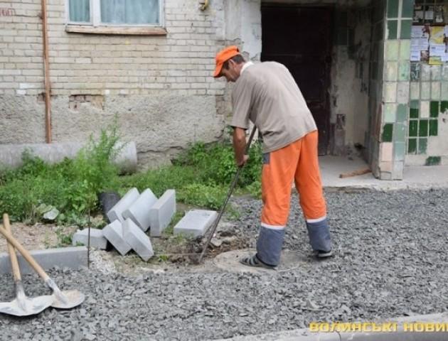 У Луцьку ремонтують найстаріші  дороги та двори