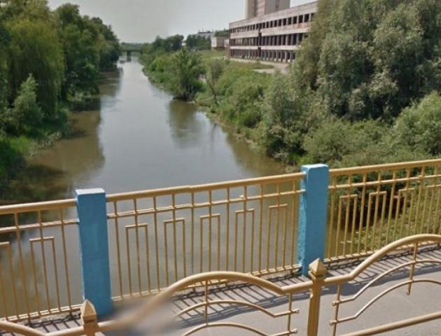 У Луцьку з мосту впав чоловік