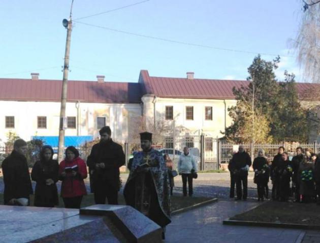 З лампадками та квітами: у Луцьку вшанували жертв окупаційних режимів