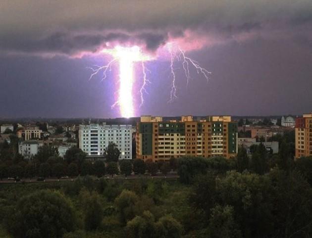 Опублікували вражаючі відео блискавки на Набережній в Луцьку. ВІДЕО