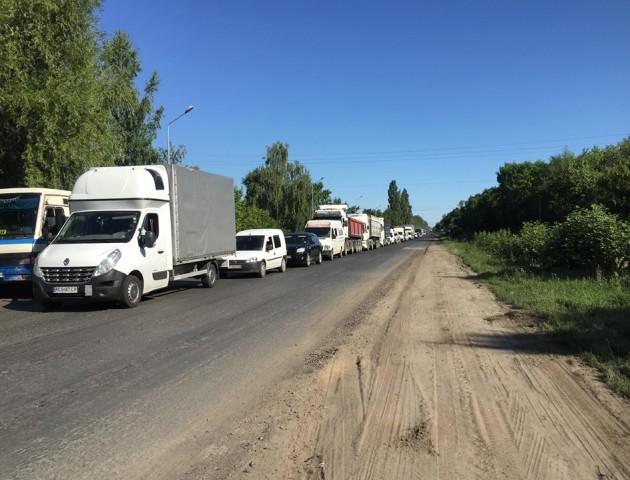 Поблизу Луцька у черзі - десятки авто