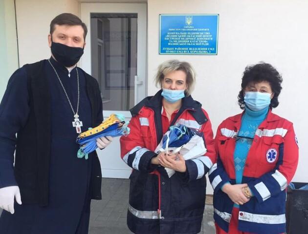 Луцький священник передав багаторазові захисні маски лікарям «швидкої»