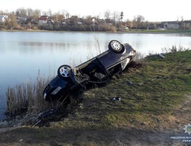 На Тернопільщині легковик із п'ятьма хлопцями та дівчиною вилетів із дороги у ставок, є загиблі
