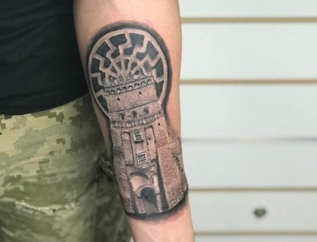 Оригінальне тату: лучанин набив собі на руці замок Любарта. ФОТО