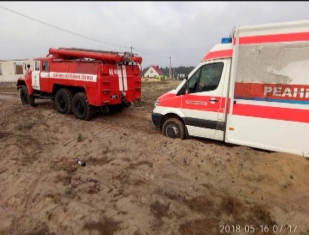 На Волині автомобіль швидкої допомоги загруз у піску