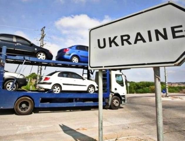 На Волинській митниці брокер занижував вартість ввезених автомобілів за хабарі