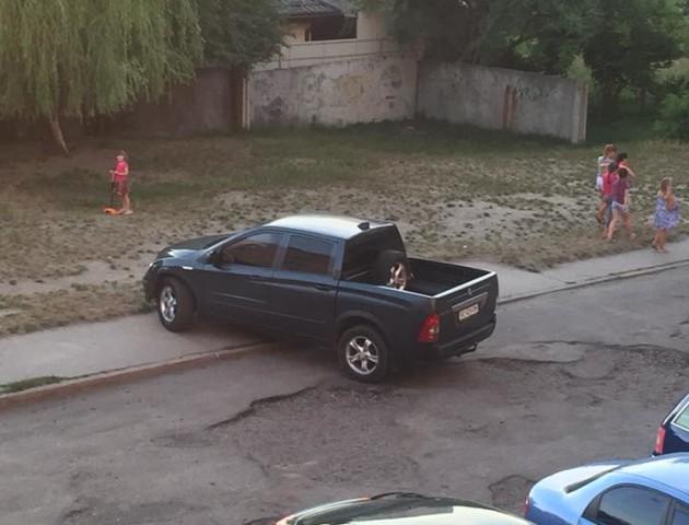 У місті на Волині водій припаркувався на тротуарі