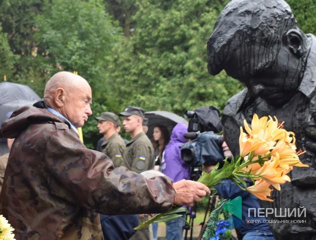 Дощ і сльози: лучани вшанували полеглих у Другій світовій війні. ФОТО