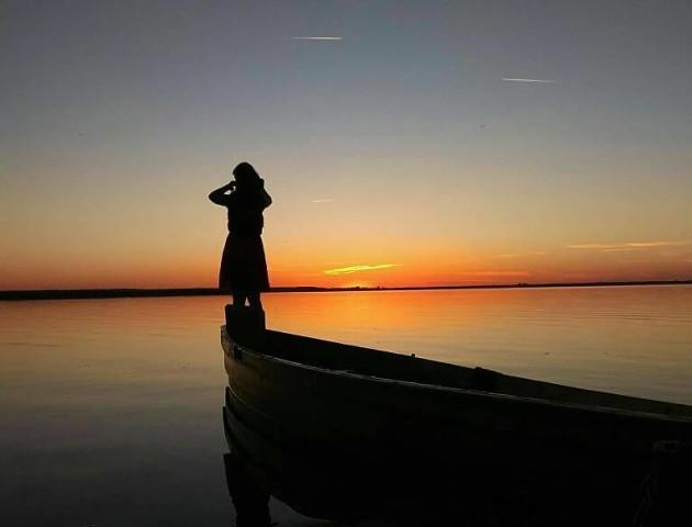 Волинянка поділилася світлинами чарівного заходу сонця на Світязі
