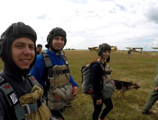 Волинянка поділилася враженнями від стрибка із парашутом. ФОТО