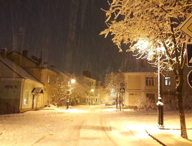 Лучани радіють приходу справжньої зими і діляться фото засніженого міста