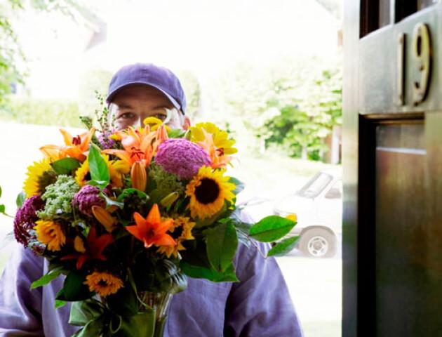 Скільки коштує доставка квітів у Луцьку