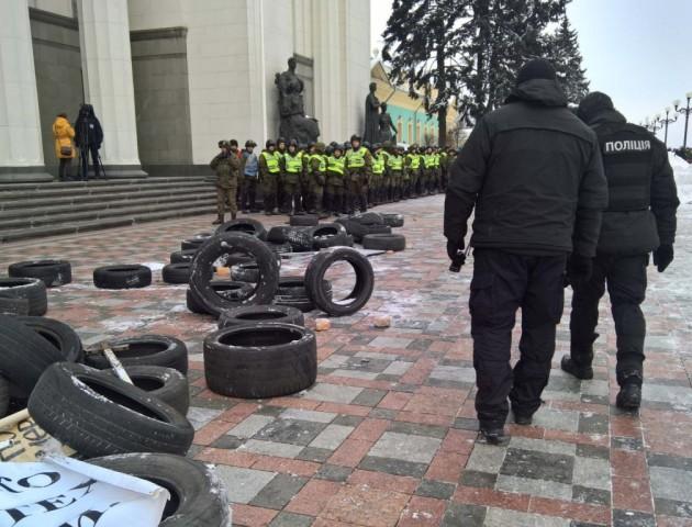 Під Верховною Радою сталися сутички активістів і поліції. ВІДЕО
