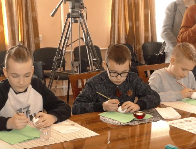 Митрополит Михаїл розмальовував писанки з луцькими дітьми. ВІДЕО