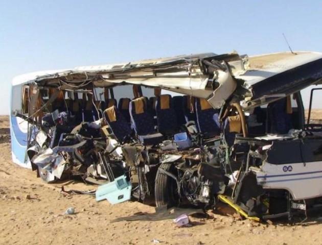Кривава аварія: вантажівка вщент «рознесла» туристичний автобус