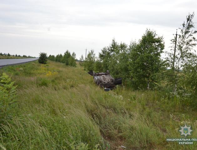 Аварія на Волині: авто злетіло в кювет і перекинулося на дах. ФОТО