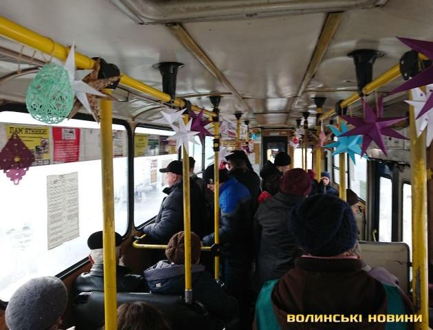 Луцький тролейбус причепурили новорічними прикрасами. ФОТО