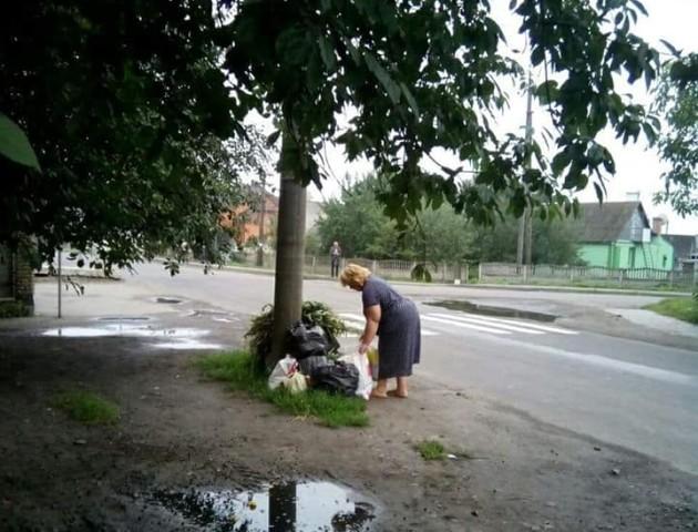 Муніципали впіймали «на гарячому» лучан, що смітять біля свого дому. ФОТО