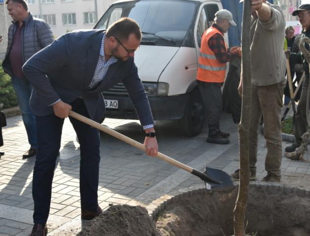 У Луцьку Поліщук і Недопад в костюмах садили дерева. ФОТО