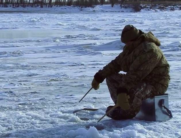 Небезпечне хобі: попри тонкий лід, рибалки заполонили річку в Ковелі