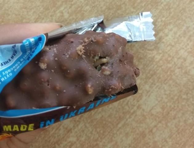 Лучанка купила шоколадний батончик із черв'ячком всередині. ФОТО