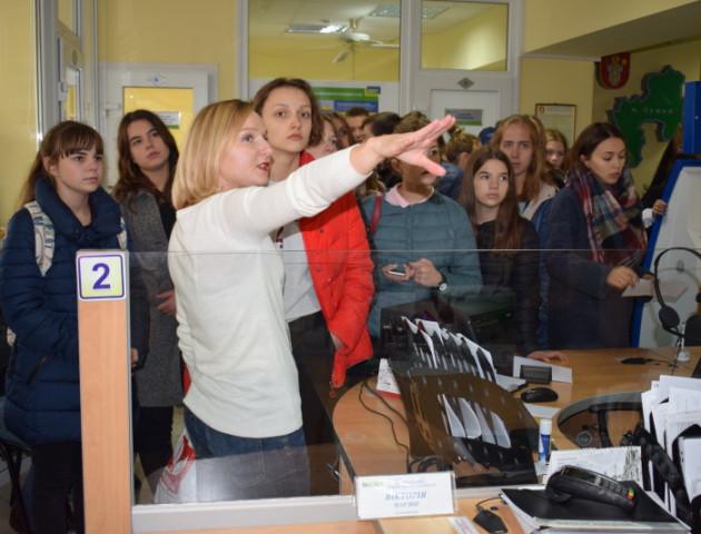 Луцькі школярі побували на екскурсії у ЦНАПі. ФОТО