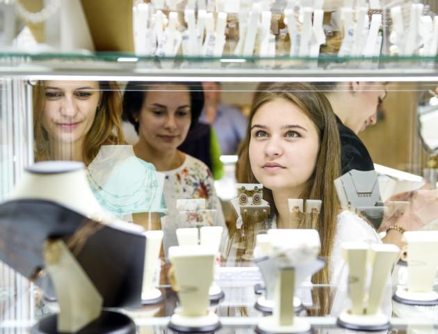 Коштовності, діаманти, унікальні прикраси – учасниці реаліті-шоу «Пігмаліон 3D» завітали у «Перлину»