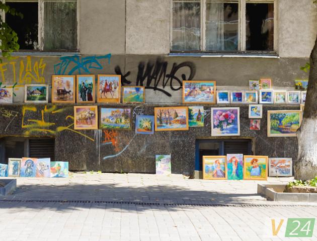 Чиї картини прикрашають головну пішохідну вулицю Луцька