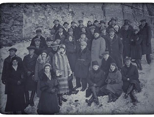 Стильний зимовий одяг мешканців Луцька на фото 1930 року